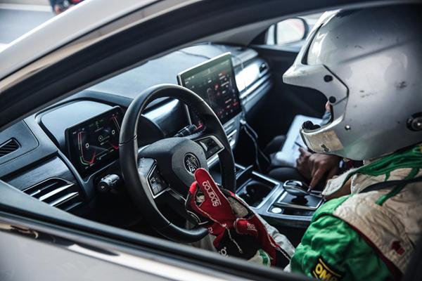 底盘表现让人满意 我将比亚迪秦Pro EV500开上了赛道